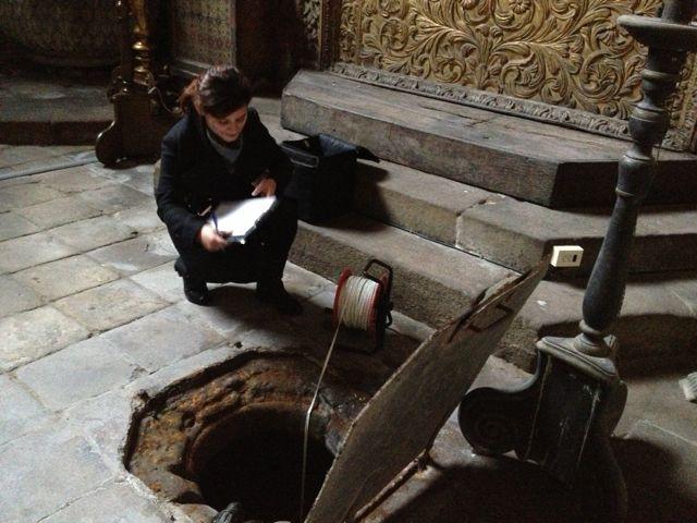 Isabel Delgado estudiando el pozo de la capilla de San Juan. FOTO: J. M. G.