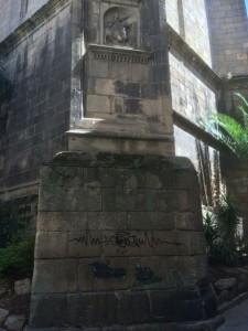 Pintadas en la base de la Torre de San Martiño. FOTO: J. M. G.