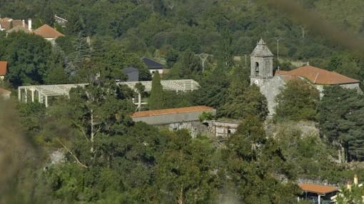 Monasterio de Melón con el pabellón. FOTO: Santi M. Amil.