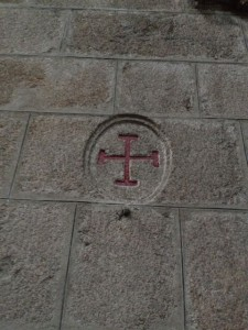 Cruz de consagración en el muro de la nave lateral sur. FOTO: J.M.G.