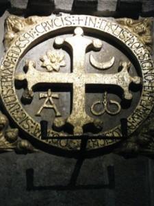 Cruz de consagración de la catedral compostelana. FOTO: J.M.G.