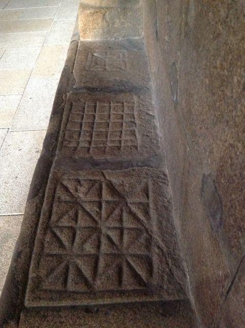 Detalle del bancal de la nave sur donde se asienta la importante colección de tableros de juego de la catedral. FOTO: J. M. G.