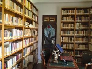 Otra perspectiva del despacho, con la toga de doctor en la percha. FOTO: J.M.G.