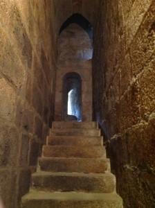 Escaleras interiores por el cuerpo inferior medieval de la torre. FOTO: J.M.G.