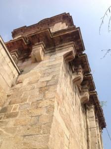 Cornisa que soporta el balconcillo del cuerpo de campanas vista desde el ángulo sureste de la torre. FOTO: J.M.G.