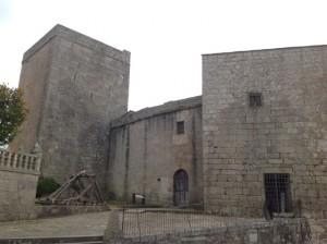 La Torre se halla a la izquierda del acceso al castillo caldelao. FOTO: J. M. G.