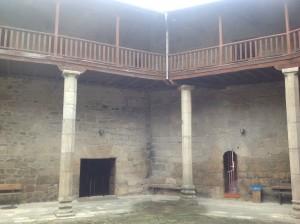 El patio de armas recuerda a los de los pazos del XVI en Ourense. FOTO: J. M. G.