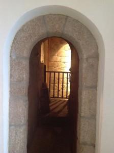 La puerta deja adivinar el desnivel interior donde está la muralla. FOTO: J. M. G.