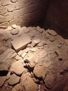 Restos de la muralla dentro de la torre. FOTO: J. M. G.
