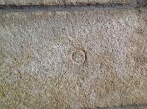 Marca de cantero en el castillo de Castro Caldelas. FOTO: J. M. G.