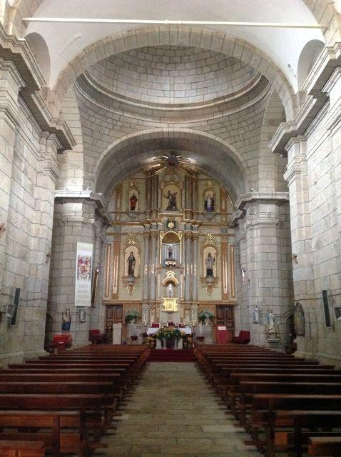 Interior del santuario dos Remedios en Castro Caldelas. FOTO: J.M.G.