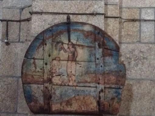 Escena del Bautismo de cristo pintada en una antigua tapa de pila bautismal. FOTO: J.M.G.