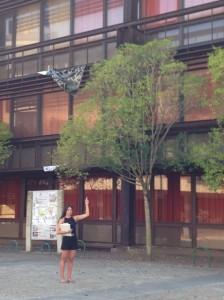 Laura Pimentel junto al edificio que acogerá el jardín vertical. FOTO: J. M. G.