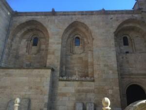 Los contrafuertes unidos por arcos delimitan tres tramos de las naves de la catedral. FOTO: J.M.G.