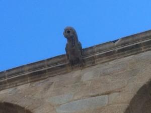 Una de las gárgolas zoomorfas que sobre la nave lateral norte del templo. FOTO: J.M.G.