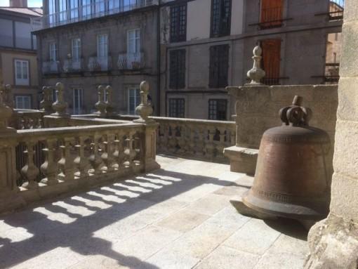 Una de las campanas del templo, inservible, se guarda en este patio. FOTO: J.M.G.