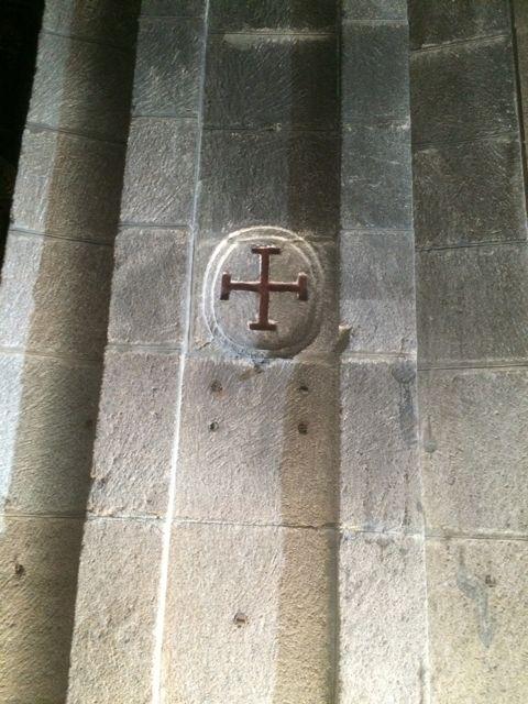 Una de las cruces de consagración, en el deambulatorio. FOTO: J.M.G.
