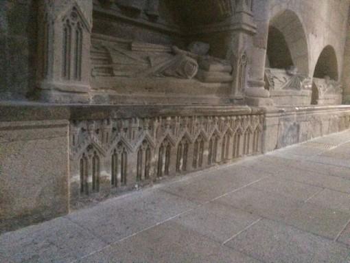 Restos del coro gotico en en un sepulcro episcopal. FOTO: J. M. G.