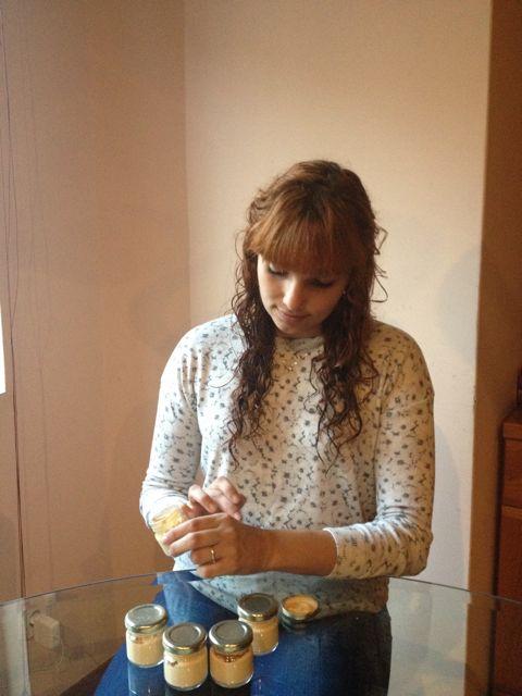 Alexandra con sus cremas termales. FOTO: Cedida.