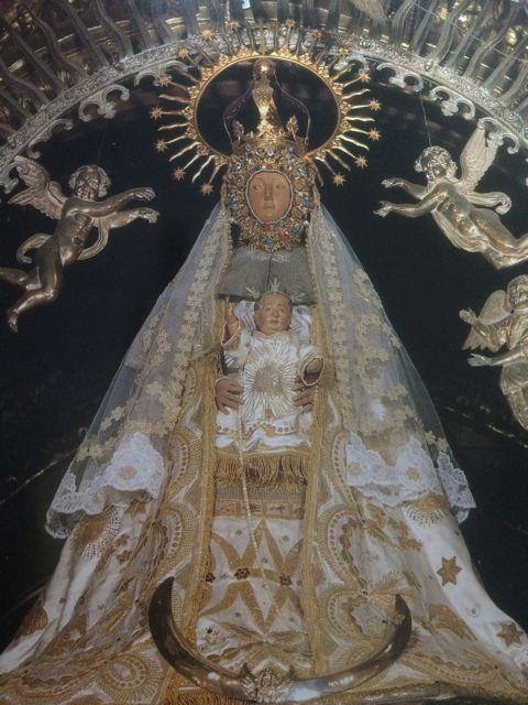 Imagen vestida de la Virgen de As Ermitas, en su santuario en O Bolo. FOTO: Cedida.
