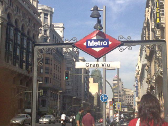 Acceso a la estación de Gran Vía, con el logotipo creado por Antonio Palacios. FOTO: J.M.G.