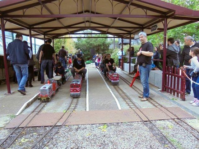Varios trenes aguardan su salida en la estación central. FOTO: Carrileiros Foula