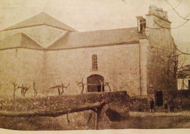 La iglesia vista desde el sur, sin la espadaña derribada por el huracán. FOTO: Revista Valdeorras.