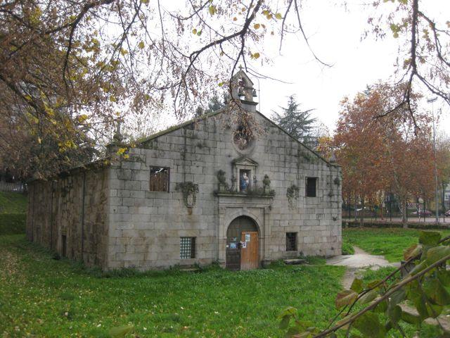 A los pies del puente se ubica la capilla de Os Remedios, destruida por el fuego y reconstruida recientemente. FOTO: J.M.G.