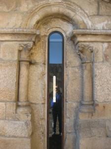 Uno de los vanos tipo saetera que iluminan por el sur la nave central de la catedral. FOTO: J.M.G.