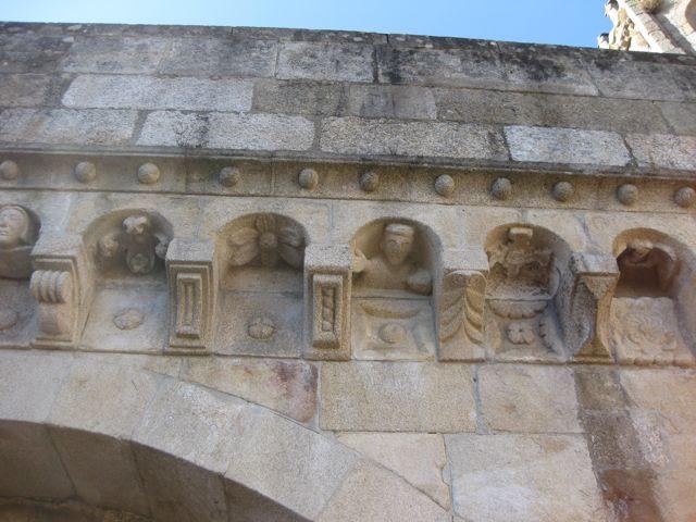 Línea de bolas pétreas sobre la cornisa y decoración geométrica en los canecillos. FOTO: J.M.G.