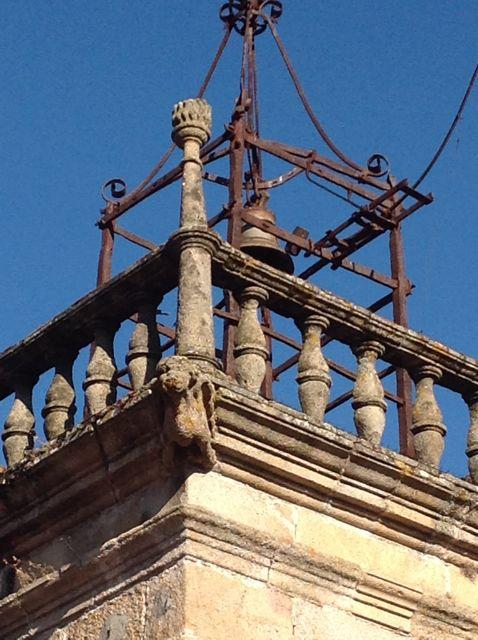 Remate de la Torre del Reloj, con elegante balaustrada del XVI. FOTO: J.M.G.