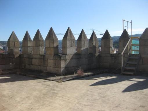 Las almenas al sur del templo recuerdan el carácter de fortaleza que tuvo esta catedral. FOTO: J.M.G.