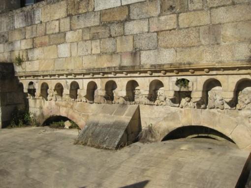 Los canecillos del brazo sur quedan a menor altura debido a la construcción de la terraza que cubre el archivo. FOTO: J.M.G.