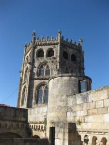 Desde esta terraza puede verse la imponente silueta del cimborrio. También se aprecia el husillo de la escalera de caracol que permite la subida. FOTO: J. M. G.