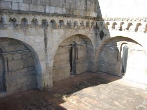 Unión de los dos primeros tramos de naves (izquierda) con los del brazo sur del transepto (derecha). FOTO: J.M.G.