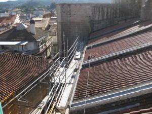 Mirando hacia el oeste la vista choca con el muro vertical de la torre de San Martiño antes de la cual vemos la cubierta de la nave lateral sur. FOTO: J.M.G.