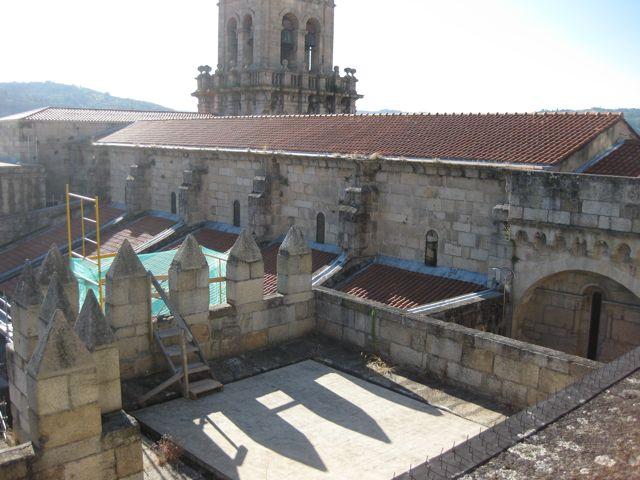 Vista del costado sur de la catedral desde el camino de ronda del transepto, con la terraza sobre el archivo y el desarrollo de la nave central. FOTO: J.M.G.
