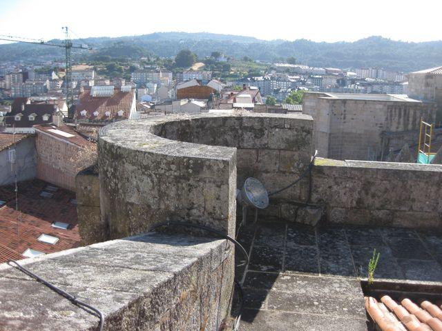 Detalle del interior de una torrecilla defensiva de la fachada sur y el camino de ronda. FOTO: J.M.G.