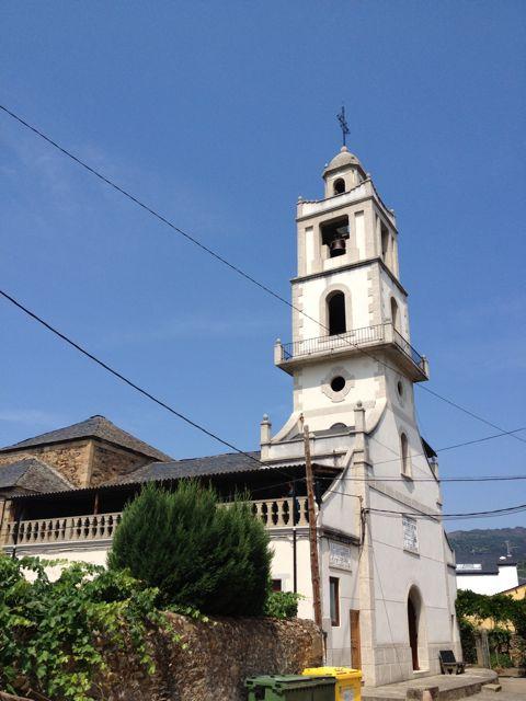 Torre actual de la iglesia parroquial de Santiago Apóstol, en Petín. FOTO: J.M.G.