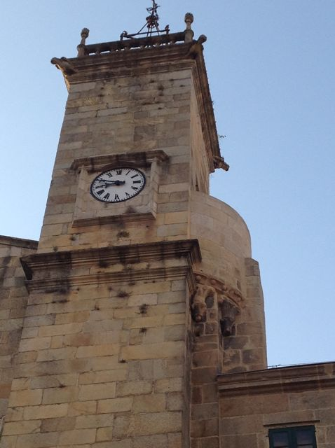Vista de la Torre del reloj desde la praza do Trigo, al sur del templo. FOTO: J.M.G.