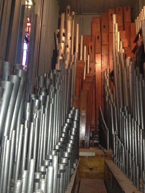 Otra vista de los diferentes tubos por los que circula el aire que producirá música. FOTO: J.M.G.
