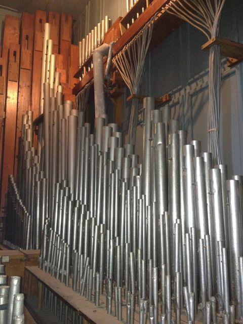 Interior del voluminoso conjunto de tubos del órgano. FOTO: J.M.G.