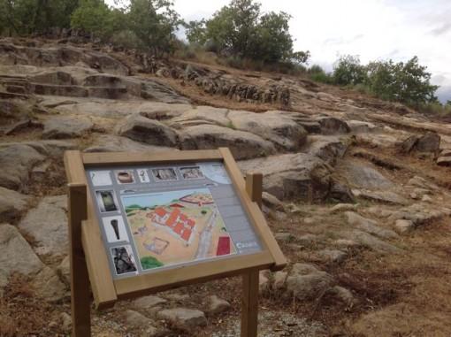 Paneles interpretativos ayudan a entender lo excavado en O Señoriño. FOTO: J.M.G.
