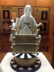 Detalle del velo que cae sobre la espalda de María, de estilo parisino. FOTO: J.M.G.