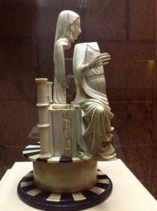 Lado derecho de María, con su mano desproporcionada. FOTO: J.M.G.
