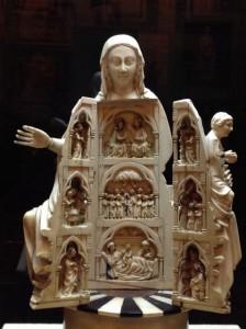 La imagen, al abrise, se convierte en un tríptico o pequeño retablocon nueve escenas. FOTO: J.M.G.