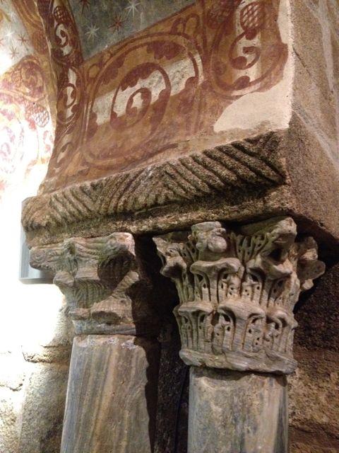 Par de capiteles con sus columnas en el arco de acceso al ábside. FOTO: J. M. G.
