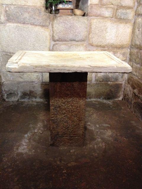 Pieza de mármol colocada a modo de altar. FOTO: J.M.G.