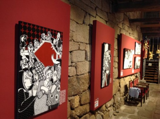 Los cuadros sobre fondo rojo interpretan la Revolta do 89. FOTO: J.M.G.
