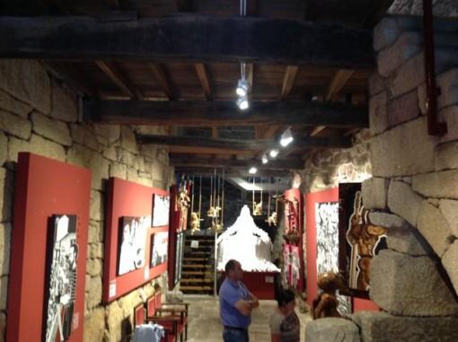 Aspecto de la sala en pleno centro histórico alaricano. Al fondo, la reina Doña Violante. FOTO: J.M.G.